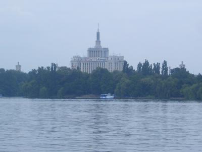 El Lago Herastrau y la Casa Presei Libere